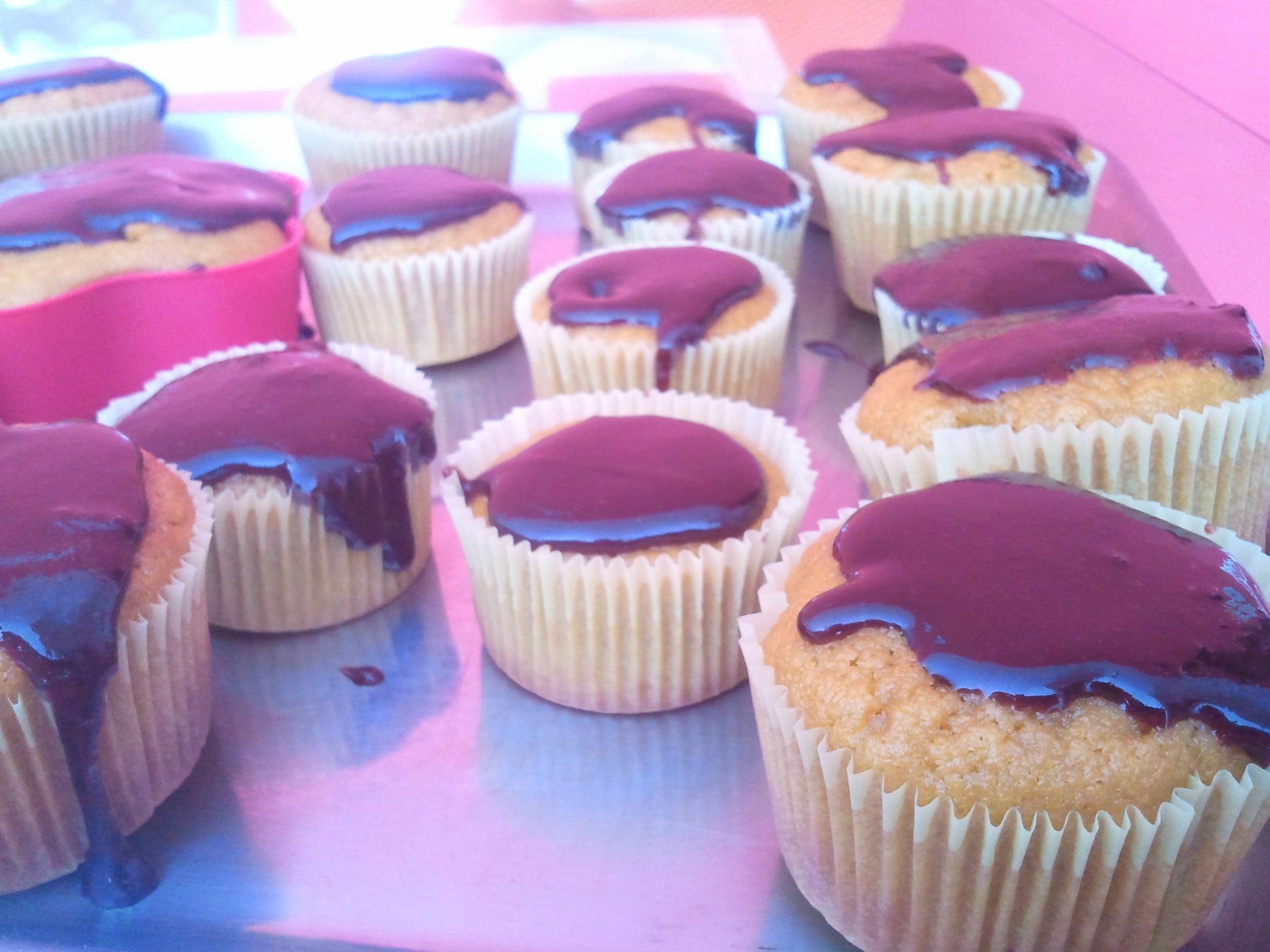 Cupcakes de cenoura com calda de chocolate