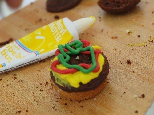 Como fazer cupcakes de hambúrguer 4