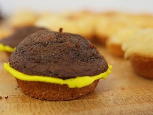 Como fazer cupcakes de hambúrguer 3