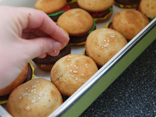 Como fazer cupcakes de hambúrguer 6