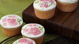 Blushing-Blooms-Fondant-Topped-Cupcakes-large