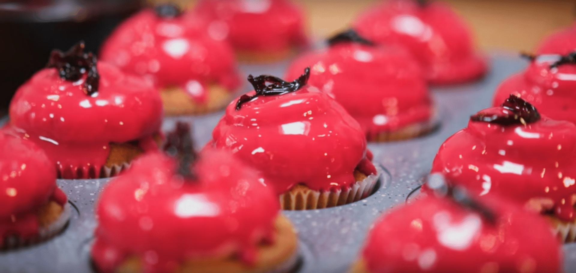Cupcakes de baunilha com buttercream de hibisco (ou frutas vermelhas) 1